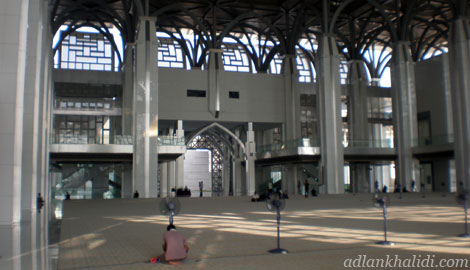 masjid-besi-sultan-mizan-putrajaya-mosque-interior-prayer.jpg